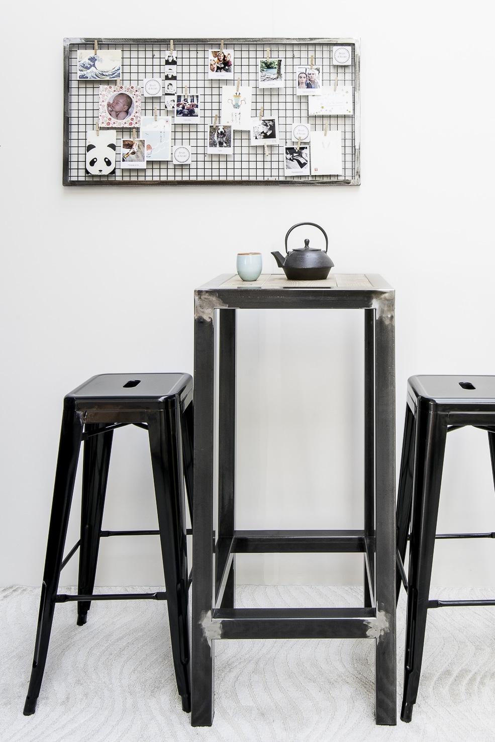 table haute industrielle mange debout winnipeg en acier. Black Bedroom Furniture Sets. Home Design Ideas